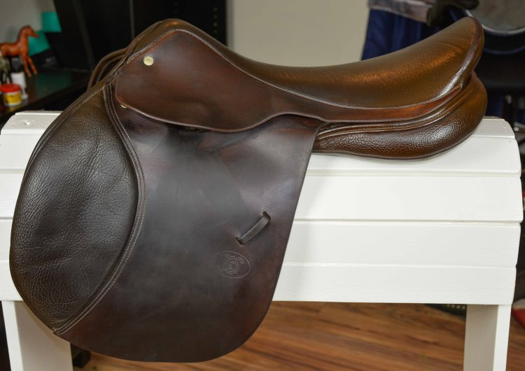 a close contact english saddle
