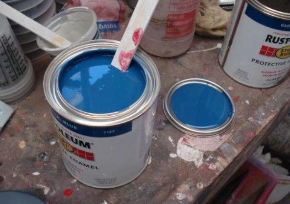 rustoleum oil based paint open with a paint stir stick inside